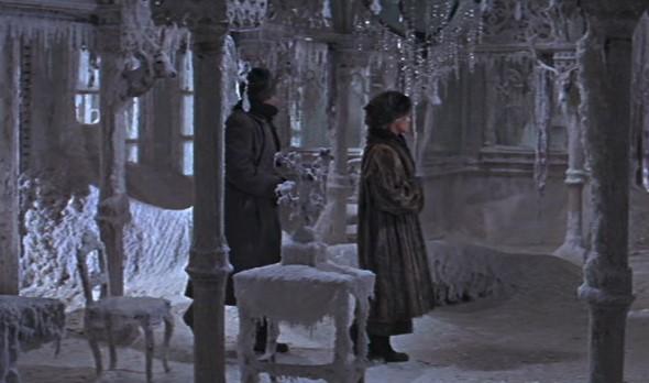 Živago e Lara, nella casa di Varykino, accolti con una certa freddezza dai ricordi del Dottore. In questo caso il clima tenta inutilmente di raffreddare la passione degli amanti.