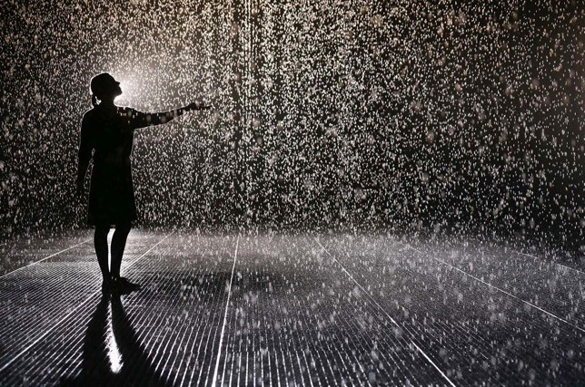 Rain Room, installazione di  'Random International' , The Curve at the Barbican Centre,  Londra, 2012.  La pioggia che non bagna. Avrebbe reso impossibile il numero di ballo più famoso della storia del cinema, quello di Gene Kelly in Singin' In the Rain (1952).