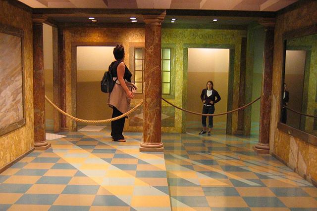 Un prototipo della stanza di Ames si può vedere alla Cité des Sciences et de l'Industrie  nel Parc de la Villette a Parigi. Una ripresa filmata piuttosto sorprendente dell'effetto Ames è visibile a questo indirizzo, https://www.youtube.com/watch?v=YSCUSqRPC1k