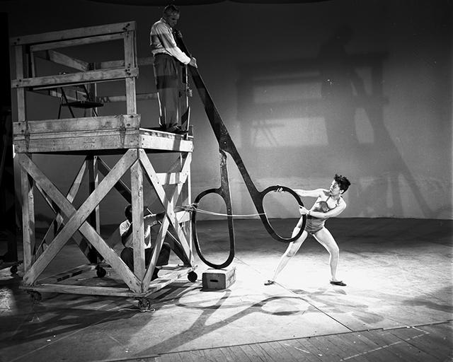 Ecco in azione Margaret Kelly, l'attrice che gli animatori della Disney usarono nel 1953 come modello per i movimenti di Campanellino nella loro versione di Peter Pan. Un adulto alle prese con oggetti giganti che fa da controfigura a un personaggio minuscolo che si fa vedere solo dai bambini.