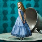 """Mia Wasikowska è Alice in """"Alice in Wonderland"""" di Tim Burton,  2010.  L'incertezza su quale sia la serratura giusta da aprire per entrare nel meraviglioso, è evidente."""