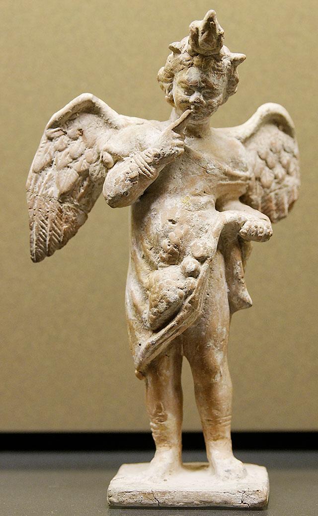 Eros Arpocrate, figurina in terracotta proveniente da Myrina, sull'isola di Lemno, c. 100–50 a.c., Museo del Louvre.