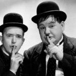 Stan Laurel e Oliver Hardy invitano al silenzio per lasciare spazio alla risata?  Ma forse Stanlio ha avuto una delle sue intuizioni improvvise e catastrofiche e Ollio lo esorta e lo corregge,  con esiti ancora più funesti ed esilaranti.