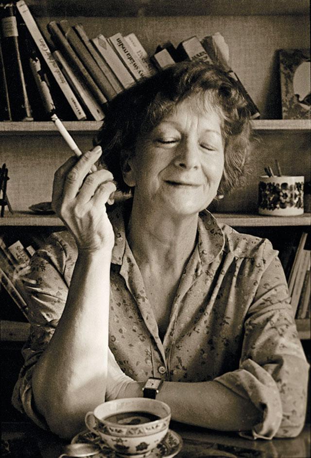La poetessa Wisława Szimborska  si gode una fumante tazza di silenzio perfetto