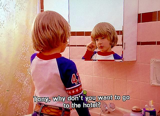 Tony è invisibile ma ha delle idee precise su quello che Danny dovrebbe fare e soprattutto su dove non dovrebbe andare. Chi abita l'invisibile la sa sempre lunga perché può vedere ciò che non dovrebbe essere guardato. Stanley Kubrick The Shining 1980.