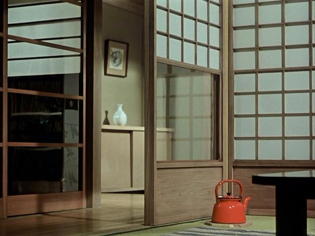 Nel film di Ozu Yasujiro Fiori d'Equinozio (1958), la teiera rossa partecipa alla vita di famiglia maturando un peculiare punto di vista su quello che accade. È a noi spettatori che parla, essendo la sua presenza ubiqua del tutto indifferente ai personaggi della storia.