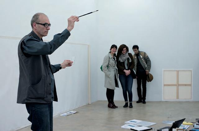 Bruno Jakob dipinge un'opera invisibile. Sullo sfondo due ragazze sorridono incapaci ad adeguarsi a una metafisica dell'arte che prevede si possa gettare uno sguardo oltre la soglia.