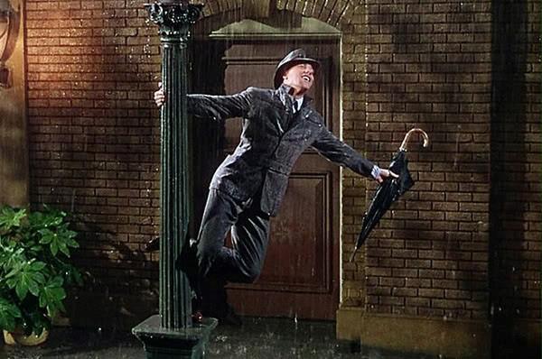 Gene Kelly cerca di non perdersene una sola goccia. La pioggia è musica.  Quello era certo tutto un altro clima.