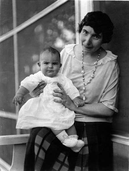 Italo Calvino in braccio alla madre Eva Mameli