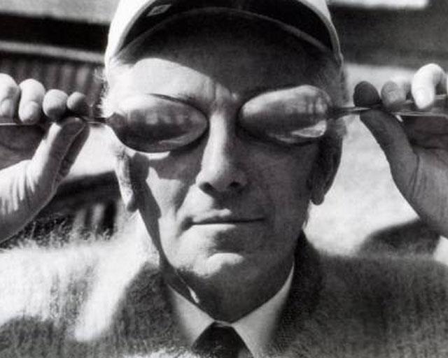"""Bruno Munari con occhiali di cucchiai per giocare con il """"concavo-convesso"""", Monte Olimpino, 1980"""