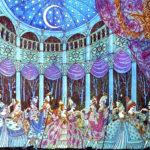 """Nell'illustrazione di Errol Le Cain (1941-1989) le dodici principesse danzanti logorano le loro scarpette volteggiando con dodici principi: """"anche il soldato ballò con loro, invisibile; e se una teneva in mano un bicchiere di vino, quando lo portava alla bocca egli lo vuotava"""". Il voyeurismo dell'uomo invisibile si concede una pausa di ristoro."""