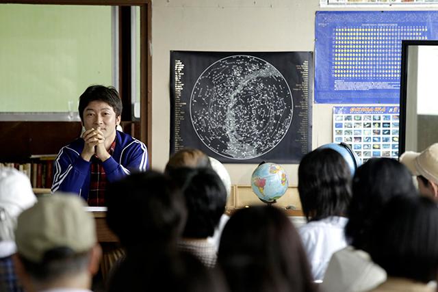 Yûsuke (Tatanabu Asano), l'uomo che non c'è si prodiga per dare un assetto scientifico alla sua non esistenza. Senza avvertire i suoi allievi che stanno ascoltando un fantasma. Il cinema permette di dare corpo all'invisibilità, invitandoci a vedere quello in cui non crediamo